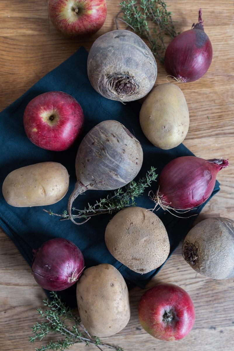 Rezept für herbstliches Ofengemüse mit Kartoffeln, Äpfeln und Roter Bete