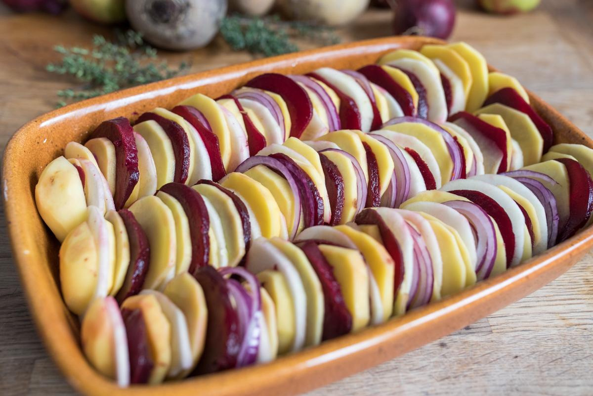 Rezept für herbstliches Ofengemüse mit Kartoffeln, Äpfeln, Rote Bete und Knusperkruste