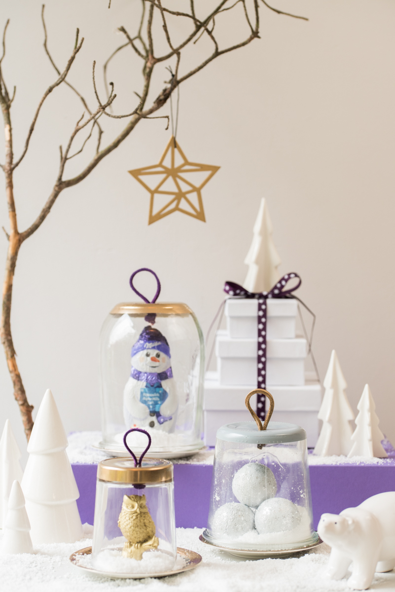 DIY upcycling Cloche aus Glas mit Lederband in Gold als Deko für das Wohnzimmer im Winter oder als Adventskalender Idee