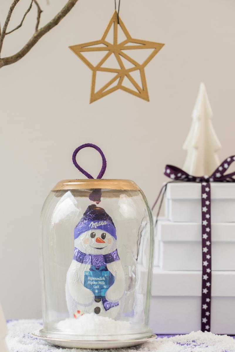 Anleitung für DIY upcycling Cloche aus Glas mit Lederband in Gold als Deko für das Wohnzimmer im Winter oder als Adventskalender Idee