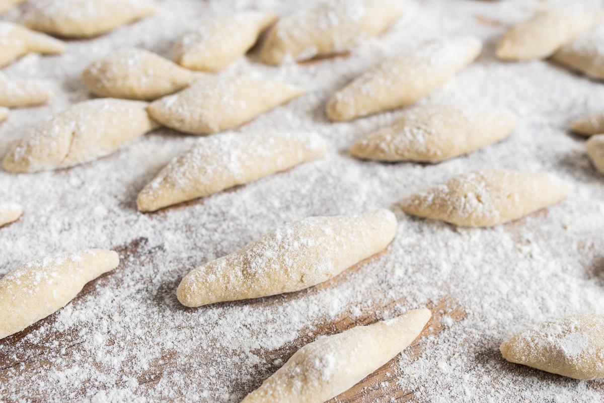 Rezept für Selbst gemachte Schupfnudeln mit Feldsalat und Apfelmus