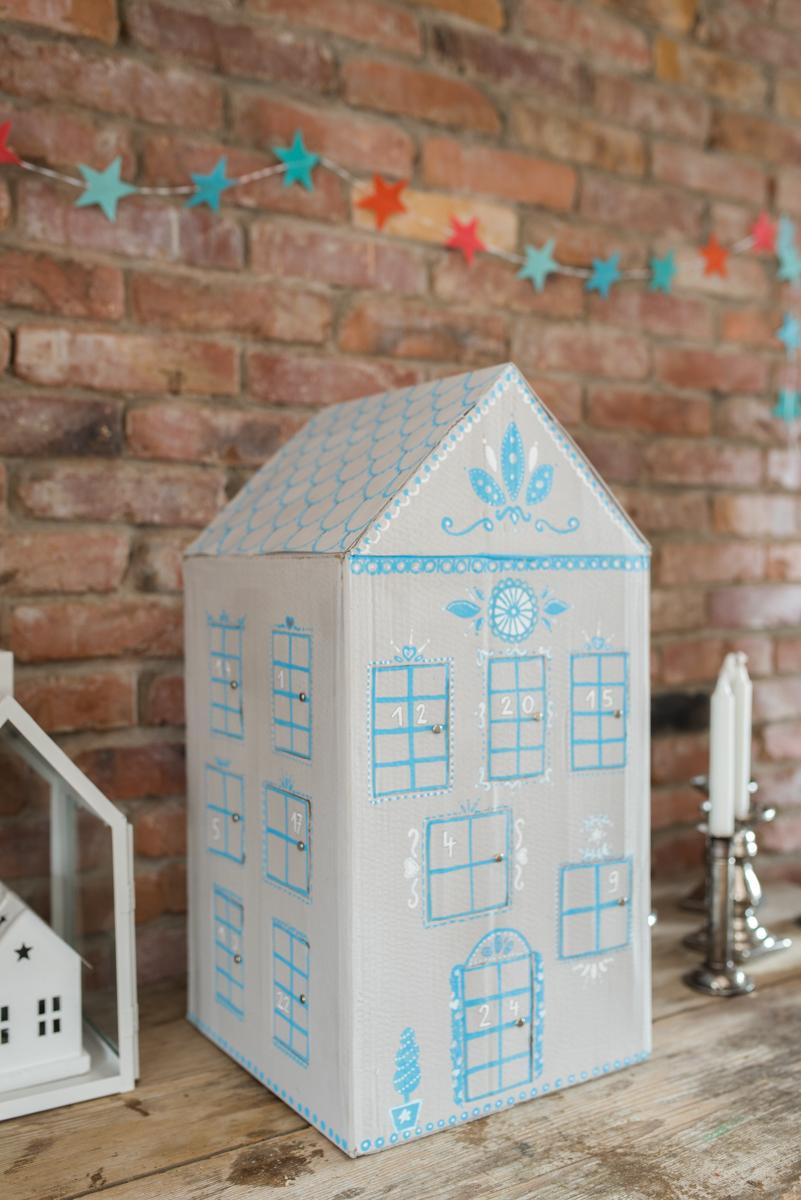 Anleitung für einen selbst gemachten DIY Adventskalender in Hausform für Kinder als upcycling Projekt aus einem Karton