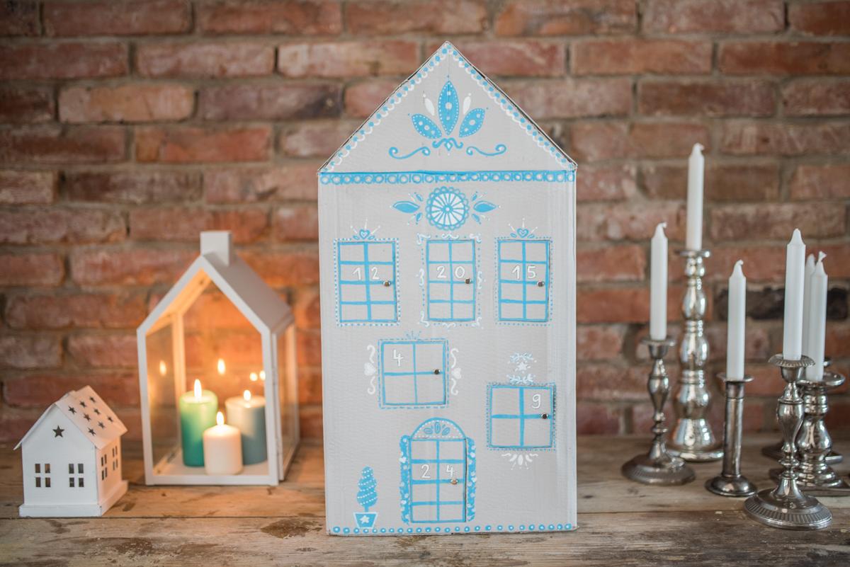 Anleitung für einen selbst gemachten Kinder DIY upcycling Adventskalender Haus aus einem Karton