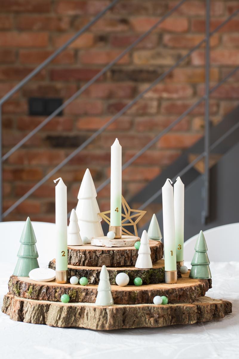 Selbst gemachter DIY Adventskranz aus Baumscheiben mit Bäumen aus Porzellan in Mintgrün und Weiß