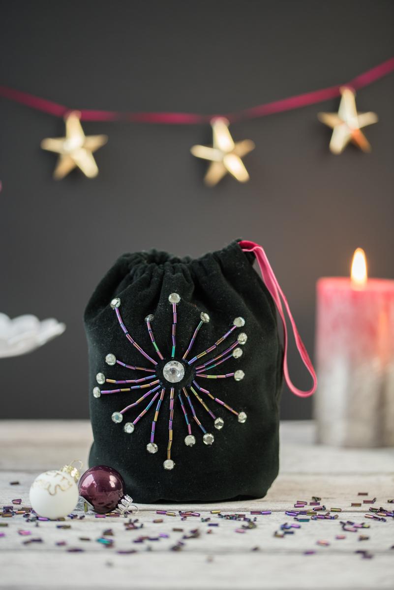 DIY selbst gemachter Samtbeutel mit Pailetten als kleine Kosmetiktasche und Geschenk Verpackung für Kosmetik