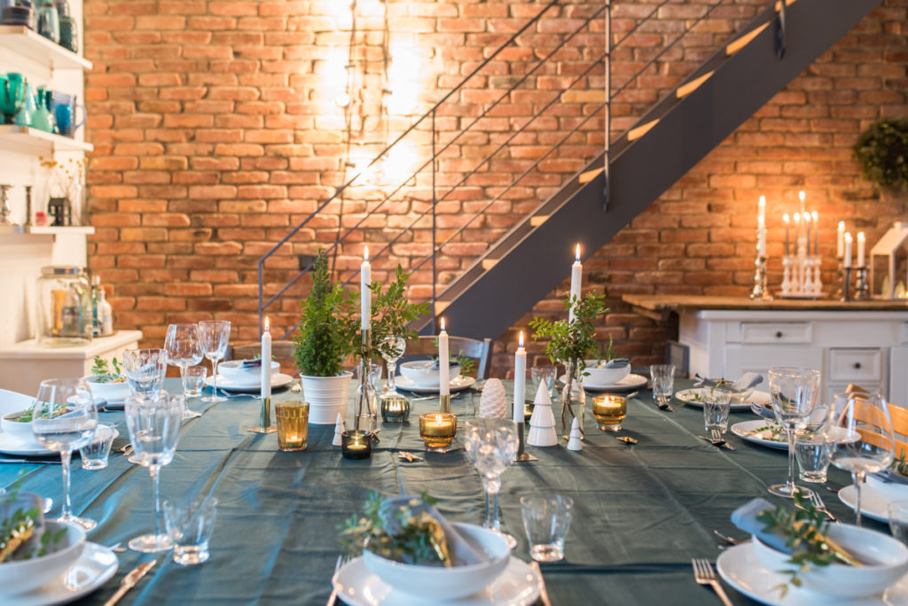 Tischdeko Ideen zu Weihnachten in Grün, Gold und Weiß