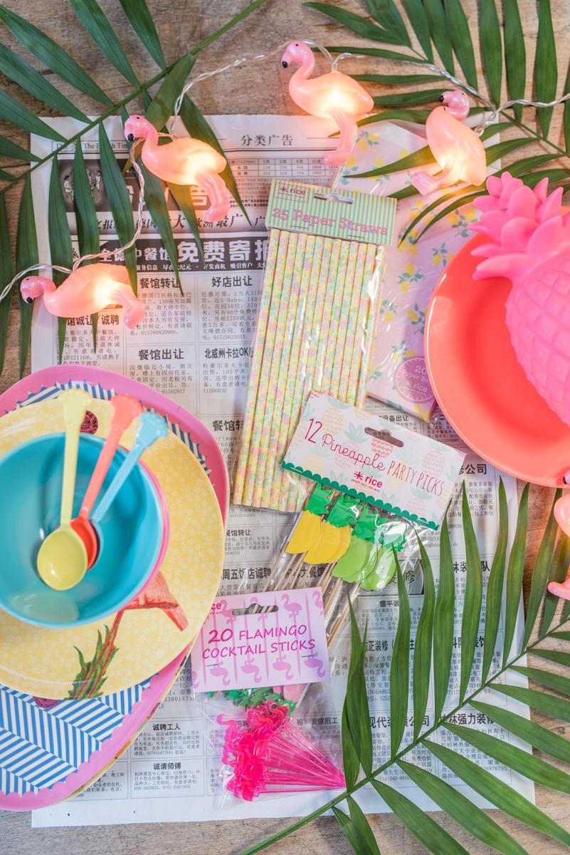 Tischdeko zu Silvester im Club Tropicana Style mit Deko in bunten Farben von RICE