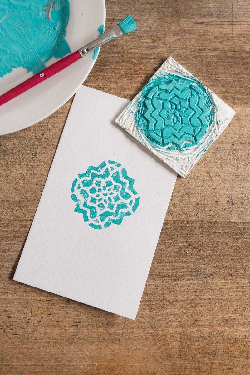 Anleitung für selbst gemachte DIY Stempel mit Fliesenmuster aus Stempelgummi mit Linolbesteck