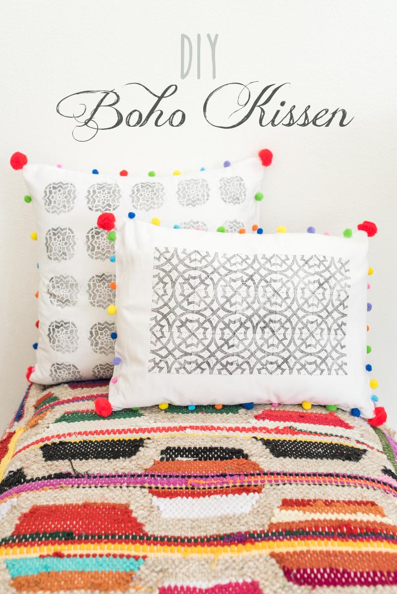anleitung fr selbst gemachte diy kissen mit textilfarbe stempeln und bunten pompoms als deko fr - Kissen Selber Bedrucken