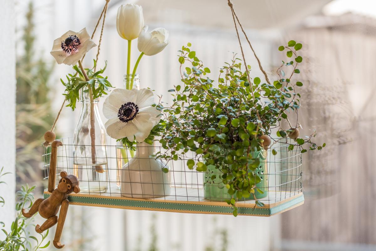 Anleitung für eine selbst gemachte DIY Blumenampel aus Holz und Draht als schnelle Deko für das Fenster im Frühling