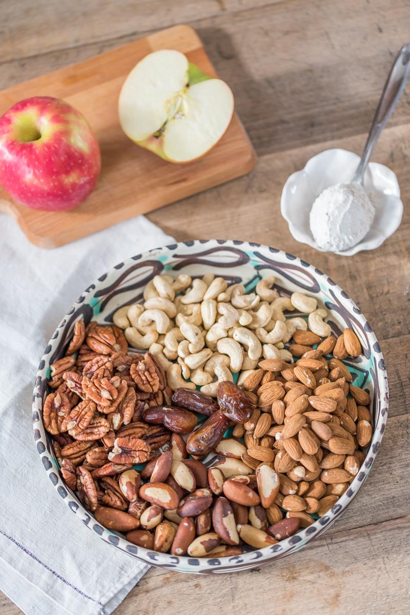 Rezept für Nussriegel ohne Zucker mit Datteln und geriebenem Apfel als kleiner Snack zwischendurch