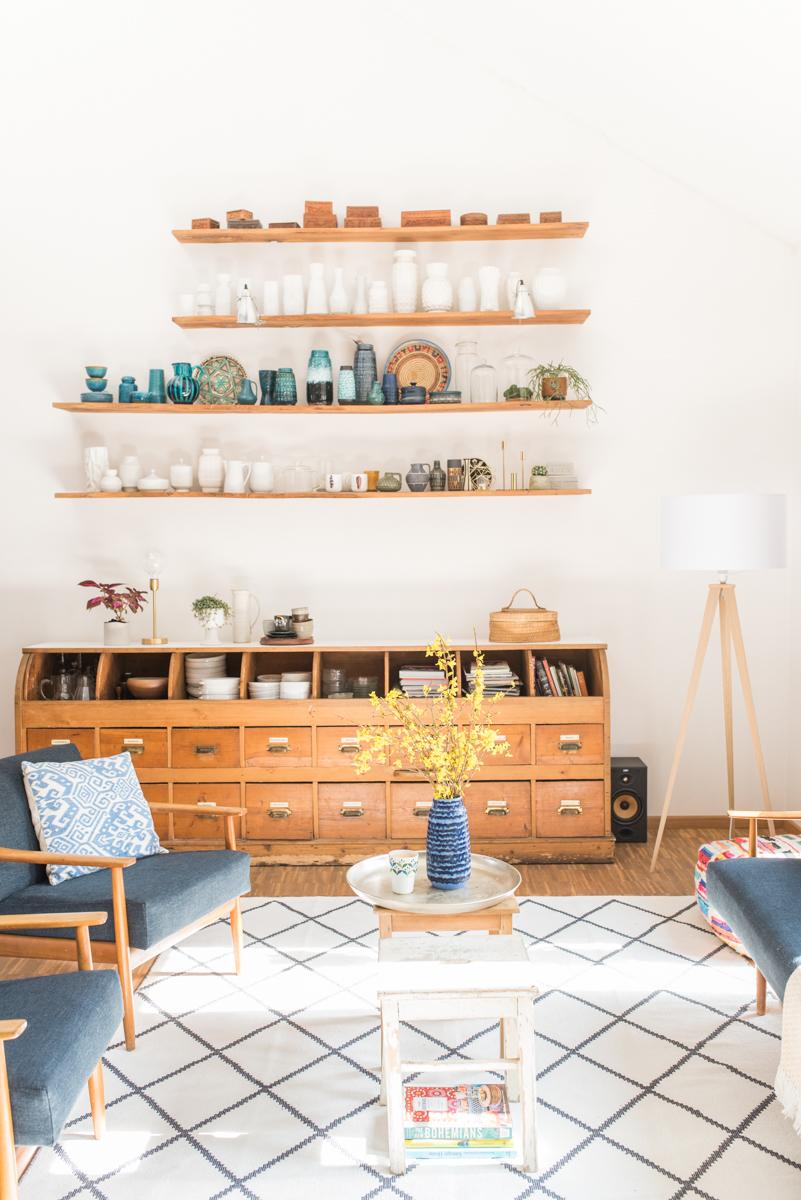 Deko und Einrichtungs Ideen für den Frühling mit Flohmarkt Funden in bunten Farben und vintage Möbeln im 60er Jahre Boho vintage Look