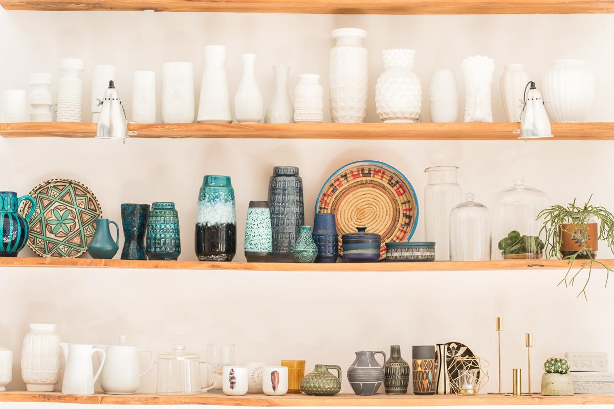 Deko und Einrichtungs Ideen für das Wohnzimmer im Frühling mit bunten Farben, vintage Funden vom Flohmarkt und 60er Jahre Möbeln im Boho vintage Look