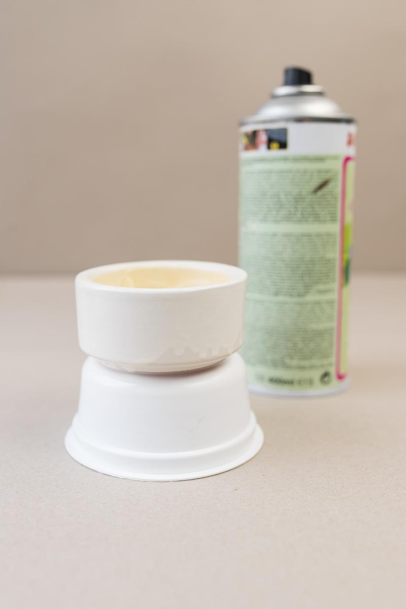 Selbst gemachte mini Terrarien für Sukkulenten aus Teelichthaltern mit Sprühlack im Boho vintage Keramik Look als Deko für das Wohnzimmer im urban jungle Stil