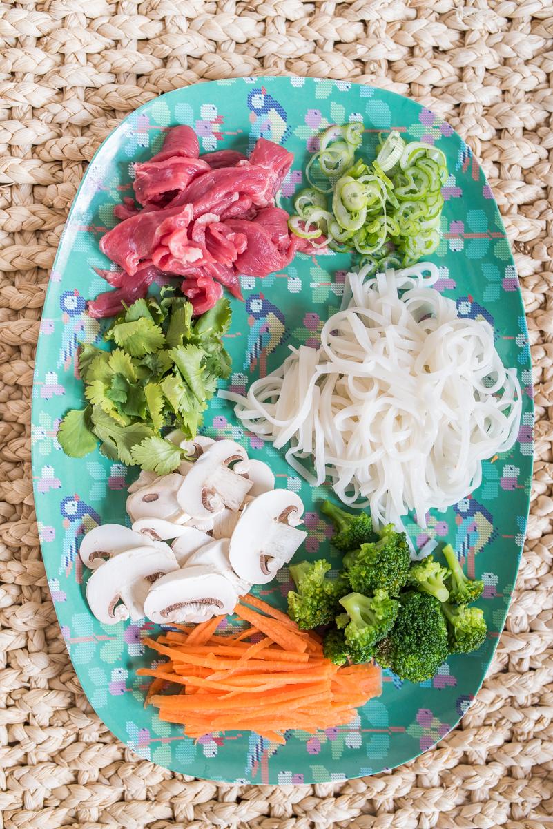 Rezept für leichte vietnamesische Pho Bo Suppe mit Rindfleisch und Gemüse