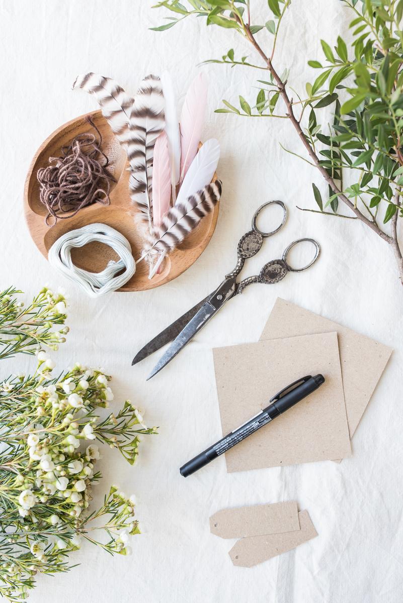 Selbst gemachte DIY Blumen Sträuße mit Zweigen und Federn als Tischdeko im Natur look zu Ostern oder zur Kommunion in Naturtönen