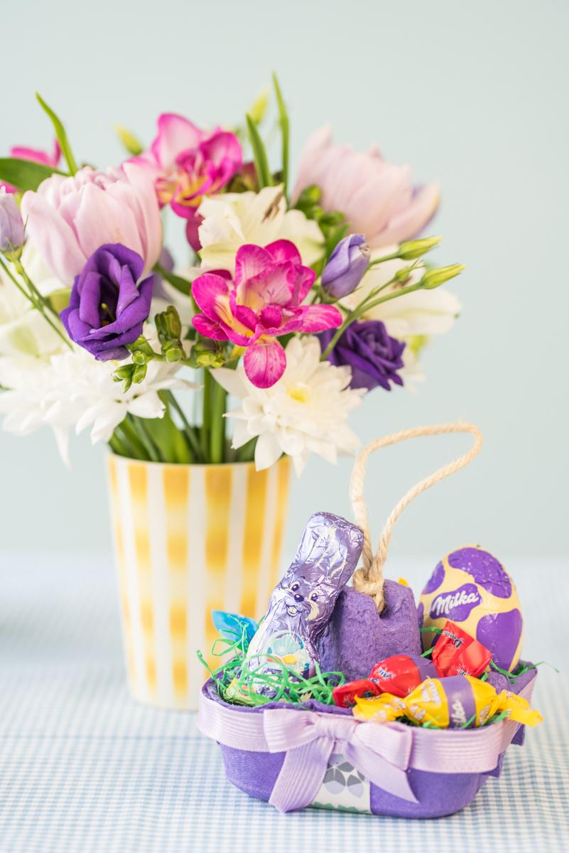 DIY Anleitung für selbst gemachte upcycling Dekoideen für Ostern mit einfachen Osternestern aus Eierkartons und einer Ostergirlande aus Papier mit der Schmunzelhasen-Vorlage von Milka