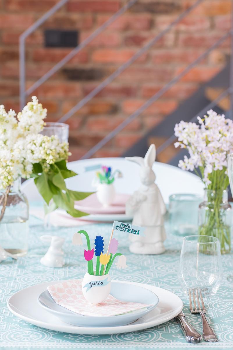 Ideen und Anleitung für selbst gemachte DIY upcycling Osterdeko mit Eierschalen und Papier als Tischdeko und Namensschild zu Ostern für den Tisch