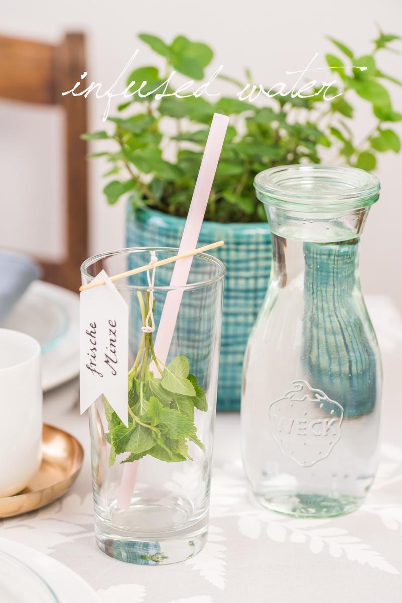 Selbst gemachte DIY Deko und Ideen in Pastellfarben für die Tischdeko zu Ostern mit Kräutern und infused water für deine Gäste