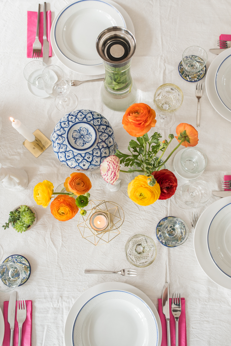 Tischdeko Ideen für Ostern mit Ranunkeln und vintage Geschirr in Blau und Akzenten in Gold
