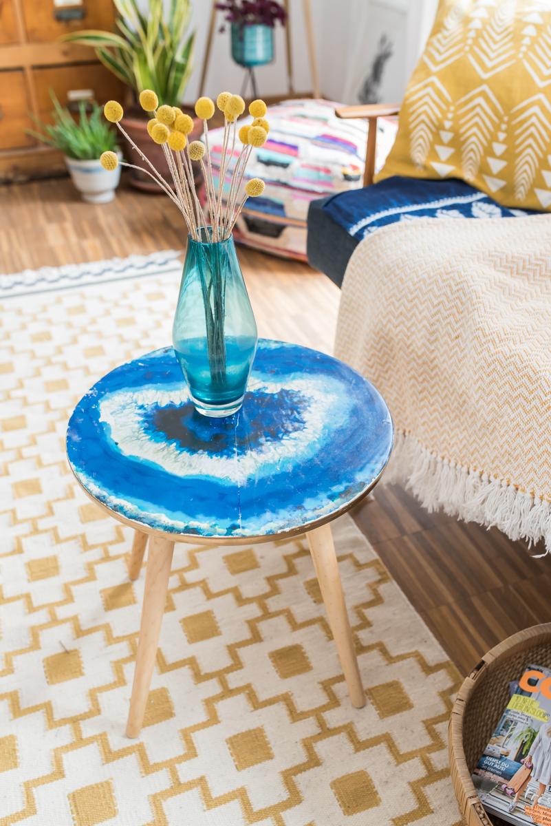 DIY Anleitung für einen selbst gemachten Tisch im Boho Look mit Achat Stein Dekor in Blau mit Fototransfer Technik als Deko Möbel für das Wohnzimmer im vintage Look