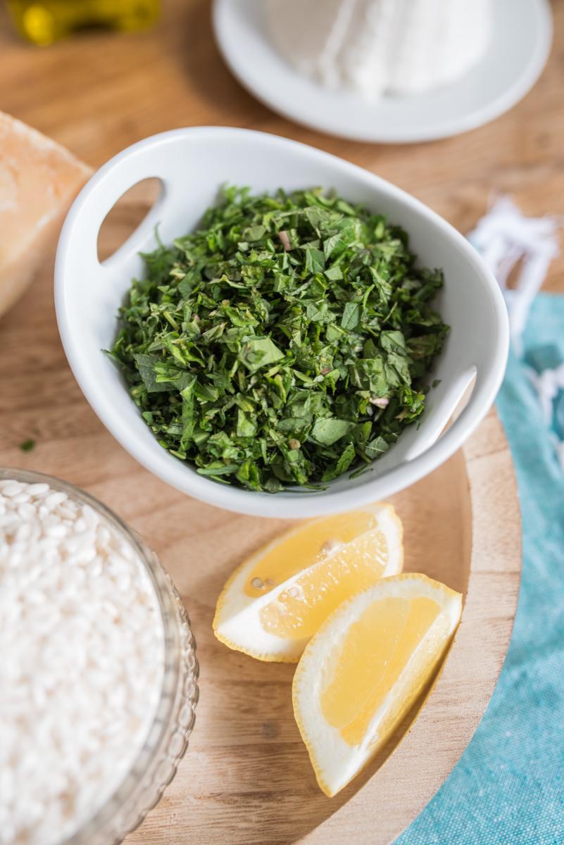 Rezept für leckeres Risotto mit Wildkräutern aus dem Garten wie Giersch, Gundermann, Knoblauchrauke, Brennnessel, Sauerampfer und Löwenzahn