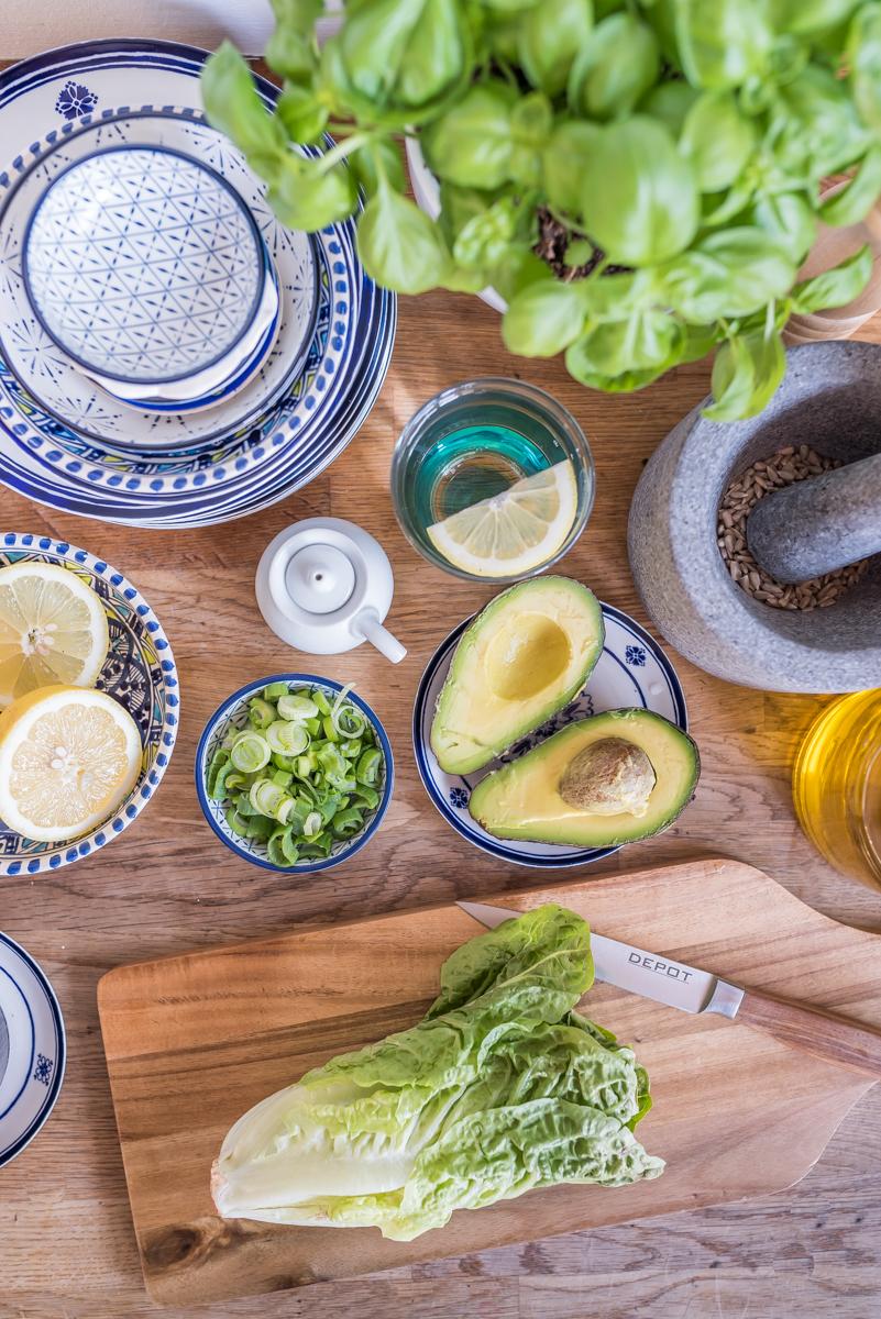 Dekoideen für die Küche im skandinavischen Stil mit Deko in Pastellfarben und Geschirr im vintage Look