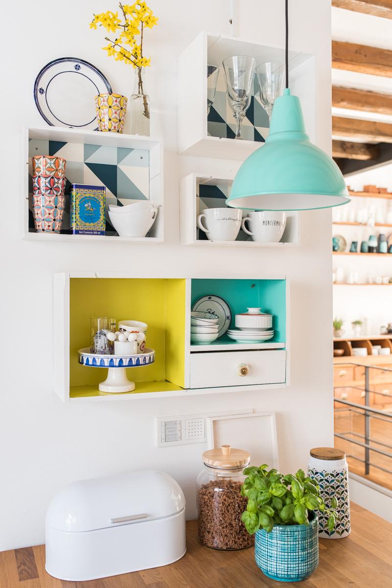 Dekoideen für die küche mit selbst gemachten DIY upcycling Küchenregalen aus alten Weinkisten und bunter Deko im vintage Look