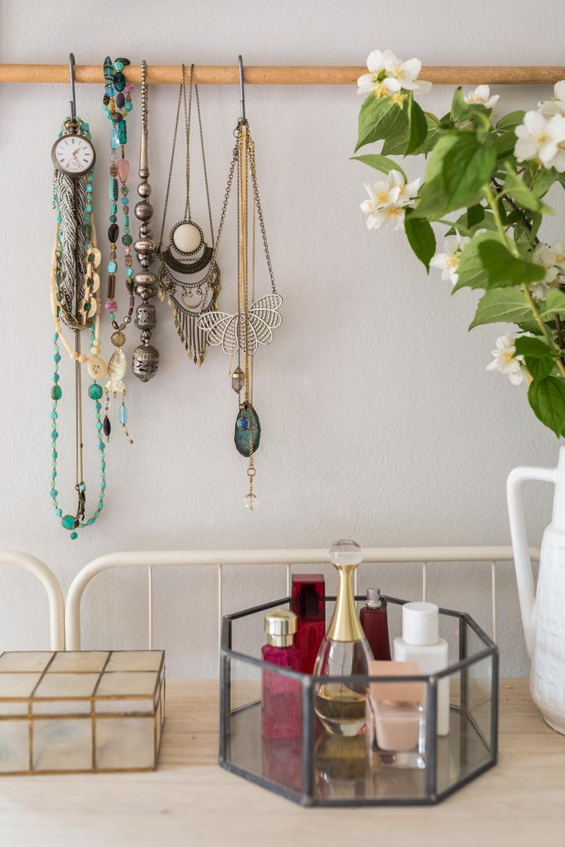 Dekoideen für feminine Sommerdeko im Schlafzimmer im scandi Boho Look in Pastellfarben und Naturtönen mit Deko im vintage Stil