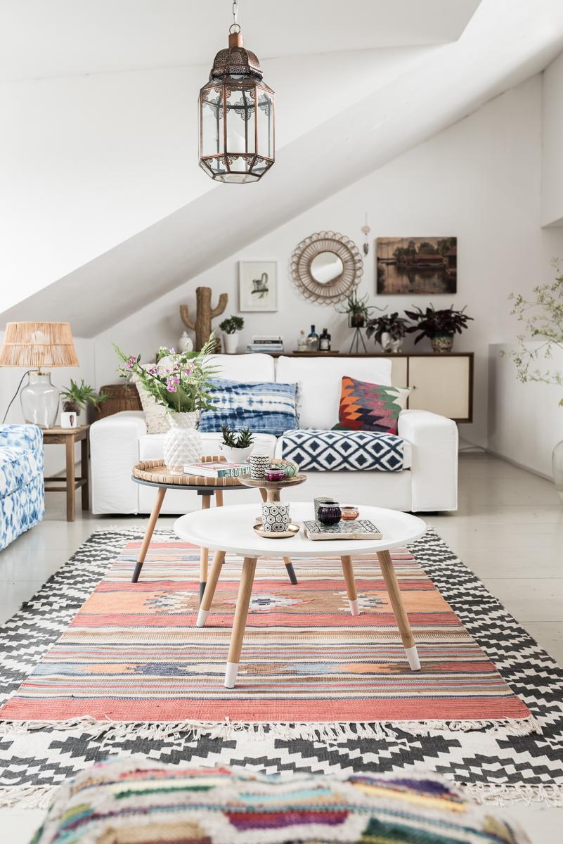 Dekoideen für das Wohnzimmer im Boho vintage Look mit Kelim Kissen und Teppichen, Pflanzen und bunter Deko mit Ethno Mustern