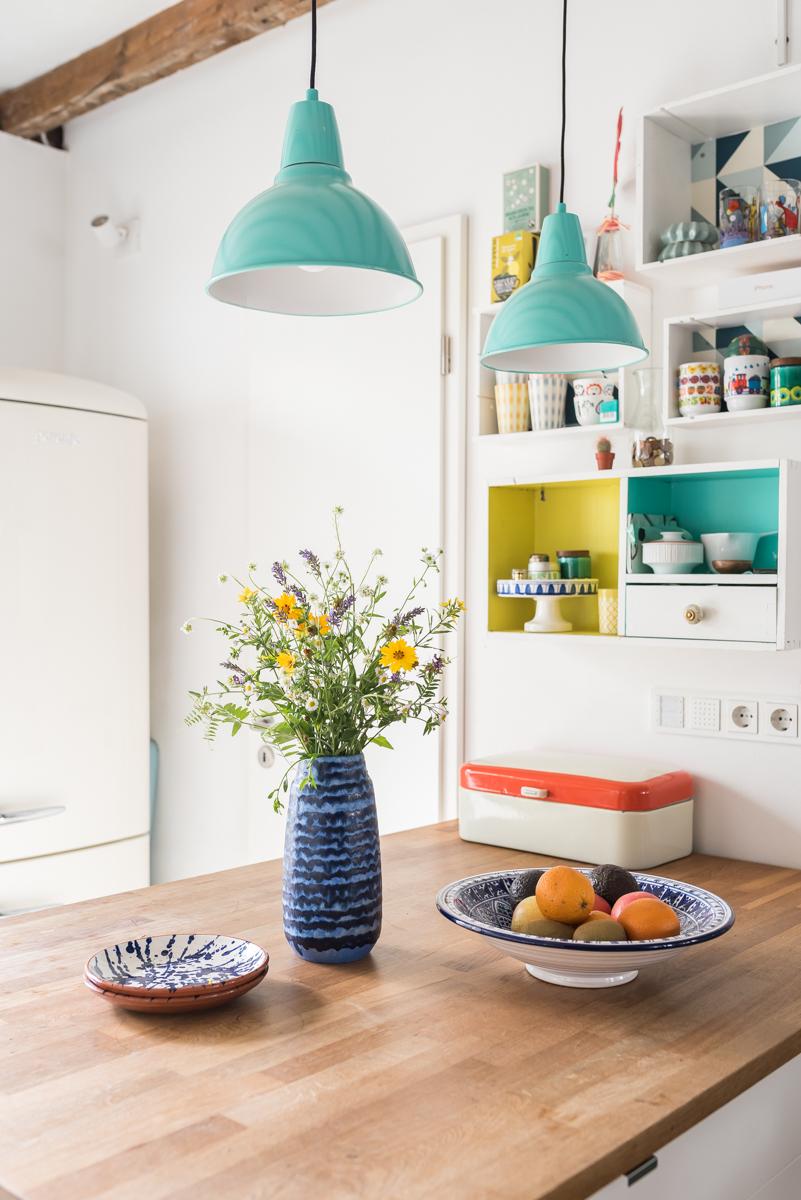 Deko Ideen für die Küche im Sommer mit blauer vintage Keramik und Deko in bunten Farben