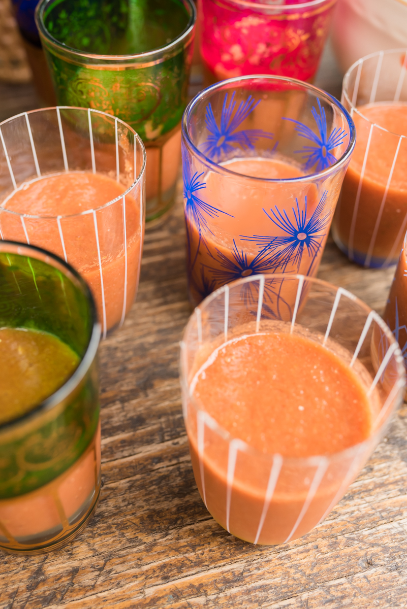 Dekoideen für die Gartenparty im Sommer mit bunten Lampions und Blumen und Leckereien vom Grillbüfett mit Tomaten Wassermelonen Gazpacho und Rezept