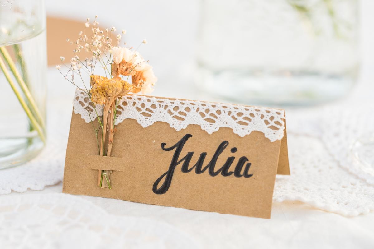 DIY Inspiration für selbst gemachte Einladungskarten zur Hochzeit im vintage Look mit Kraftpapier und Tischdeko im vintage Look mit getrockneten Blumen und Spitzendeckchen
