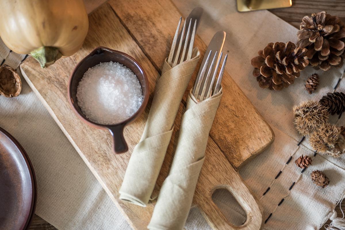 Dekoideen für die Tischdeko im Herbst mit rustikalem Geschirr, Zweigen und Kerzen für das herbstliche Wohnzimmer im modernen vintage Look