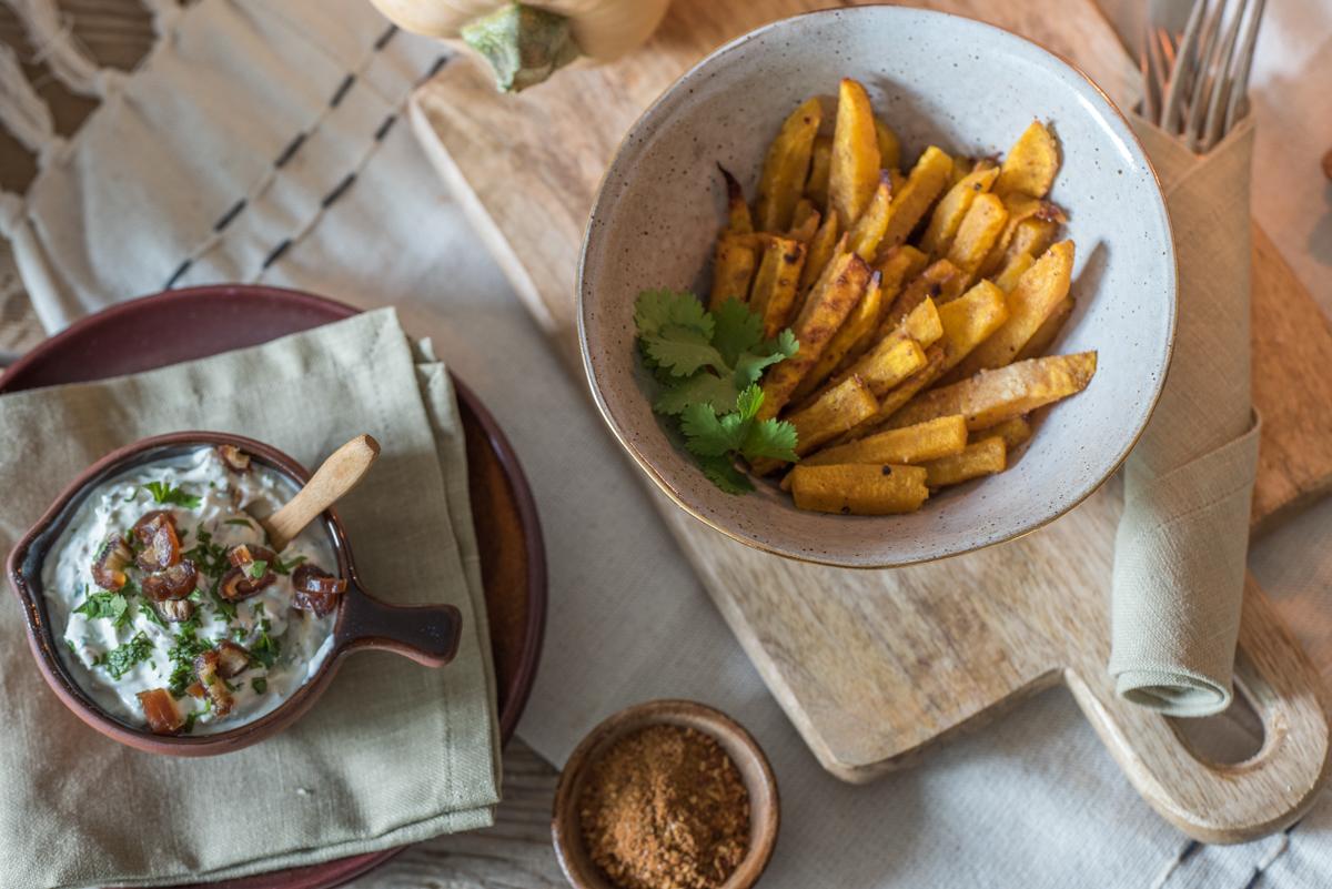 Rezept für herbstliche Kürbispommes vom Butternut Kürbis mit orientalischen Gewürzen und Dattel-Koriander Dip