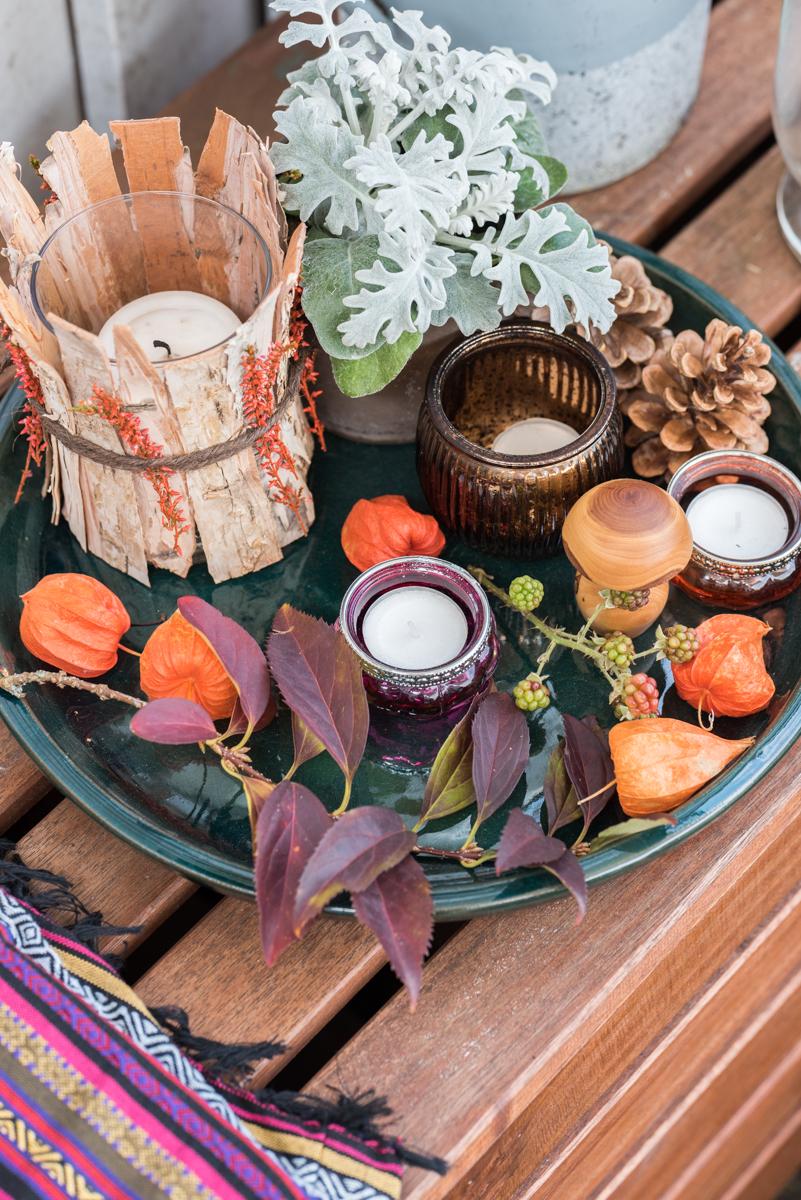 Dekoideen für Herbstdeko auf dem Balkon mit Windlichtern, Herbstblumen, Pflanzideen und Lichterketten