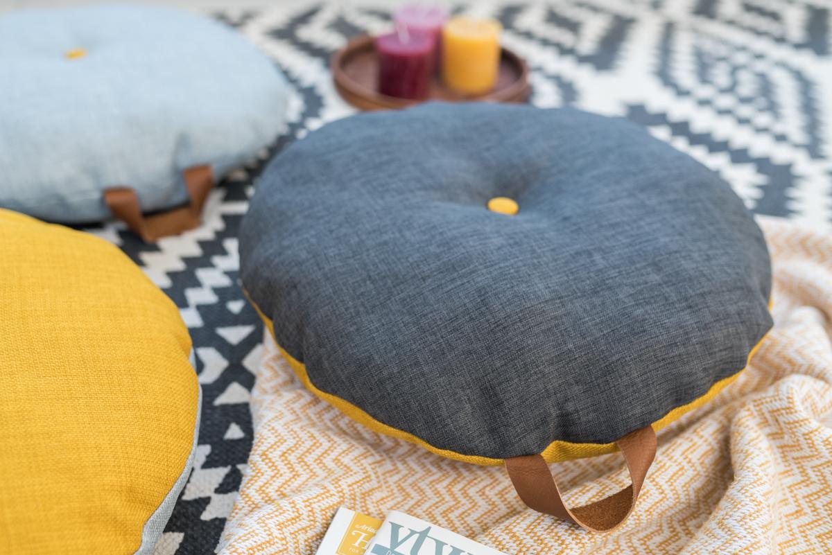 Anleitung für selbstgemachte DIY Bodenkissen aus Polsterstoff mit Ledergriffen als schnell genähte Deko für das Wohnzimmer im Herbst