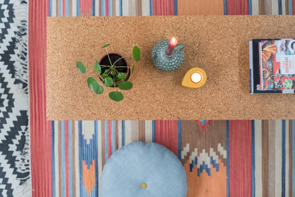 DIY Anleitung für einen selbst gemachten Couchtisch oder Bank aus Kork Parkett mit Hairpin legs als stylishes Möbel für das Wohnzimmer im Boho vintage Look
