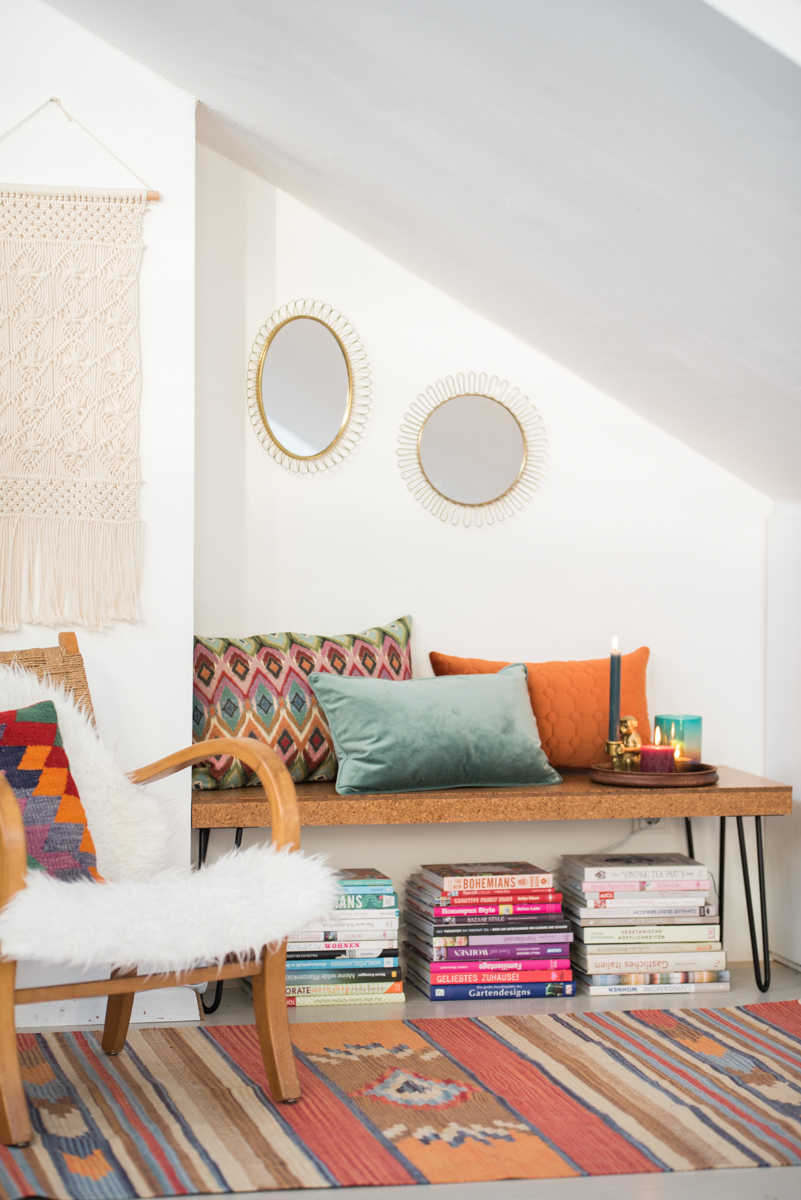 Dekoideen für das Wohnzimmer im Herbst im Boho vintage Look mit Kissen, Kerzen und Deko