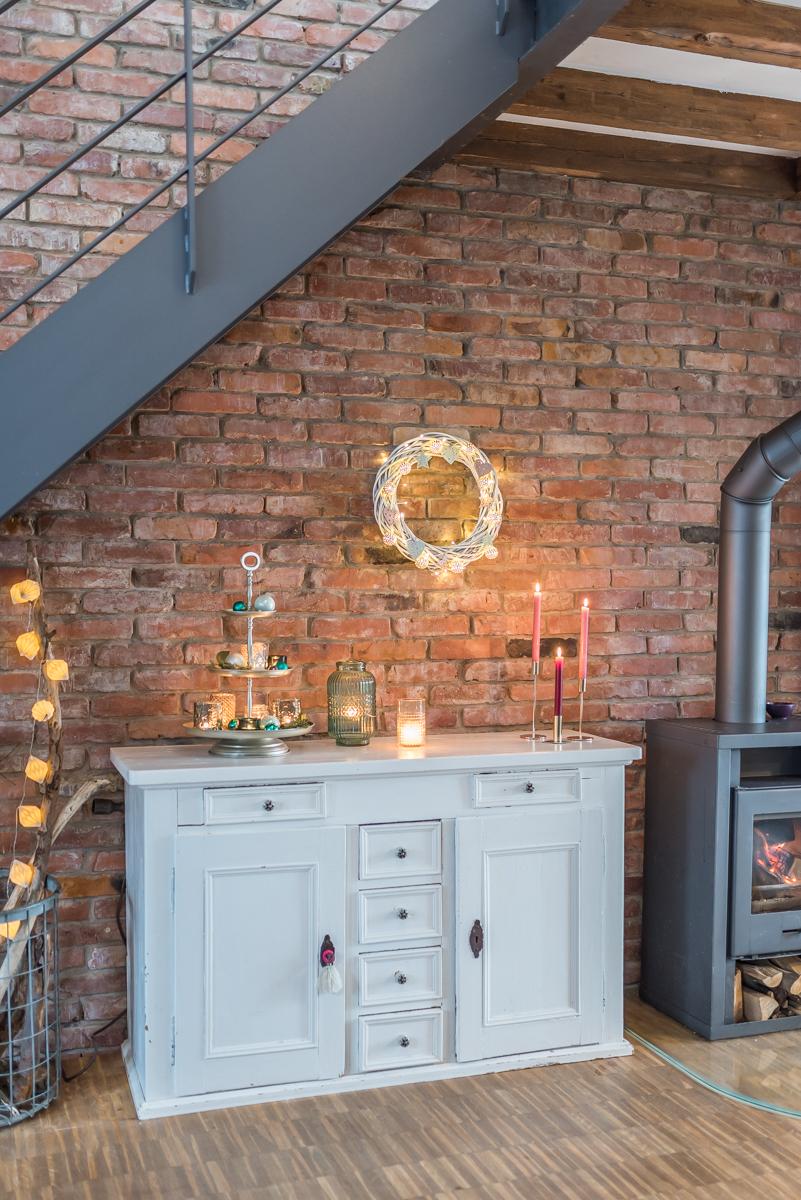 Selbstgemachte DIY Dekoideen zu Weihnachten mit einem beleuchteten Weidenkranz in Weiß mit Mintgrün und Roségold