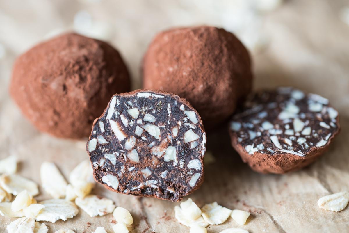 Rezept für raw bite Schokokugeln ohne raffinierten Zucker mit Datteln, Mandeln und Vollkorn Haferflocken als leckere Nascherei zu Weihnachten