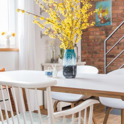 Frühlingsdeko im Esszimmer mit Blumenzwiebeln und Zweigen