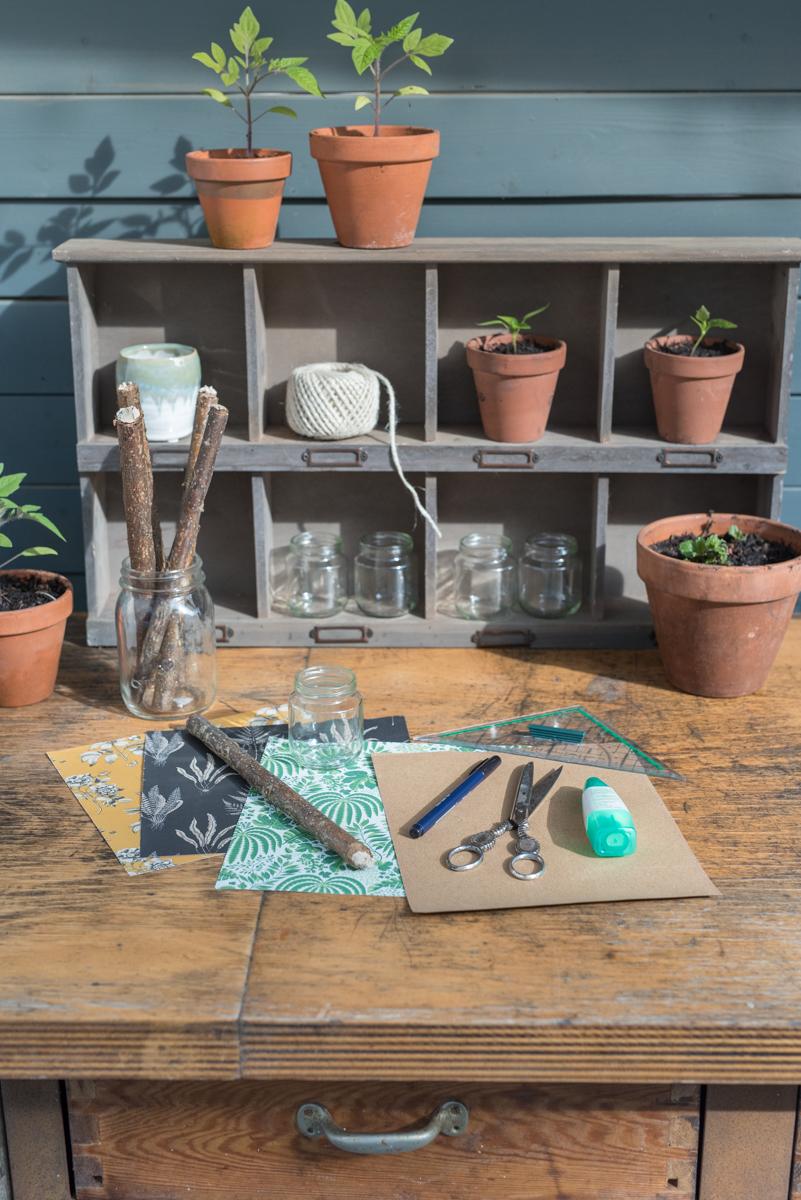 upcycling Anleitung für selbstgemachte DIY Pflanzschilder aus Altglas und Ästen für das Kräuterbeet im Garten