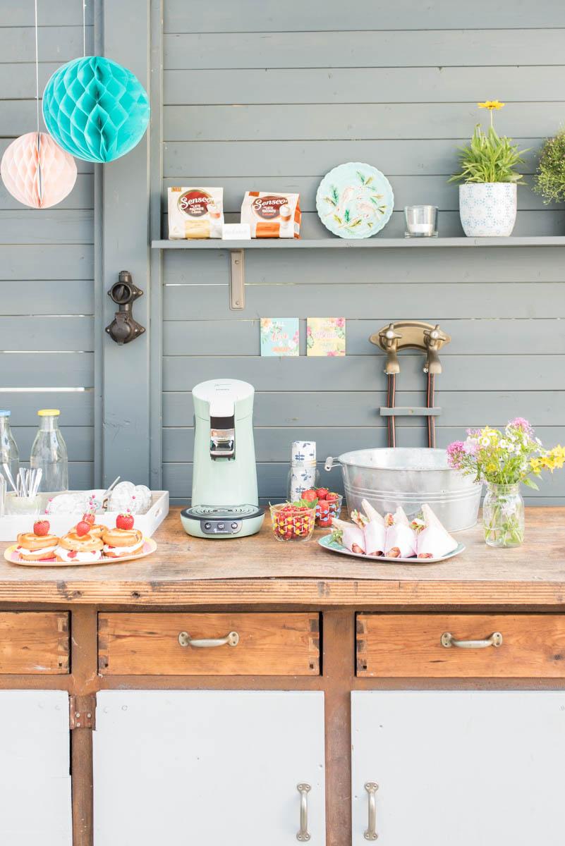 Dekoideen für die Kaffeetafel im Garten im Sommer mit Lampions, Blumen und Tischdeko in Mintgrün