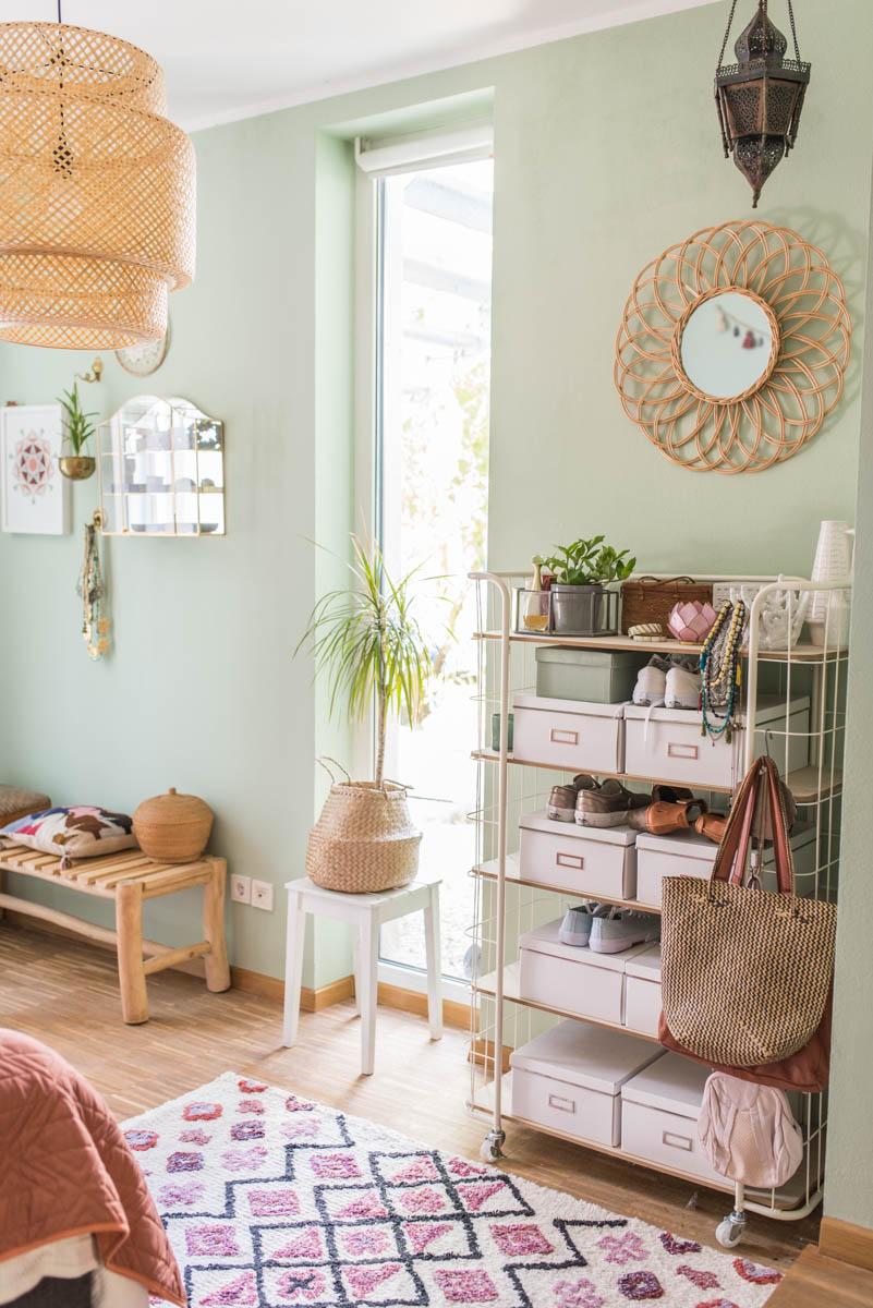 Dekoideen für das Schlafzimmer im Boho vintage Look mit mintgrüner Wandfarbe und Deko aus Rattan und Holz