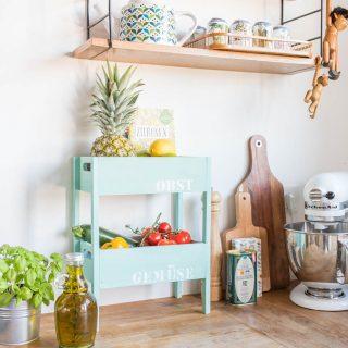 Schritt für Schritt Anleitung für eine einfache, selbst gemachte Etagere für Obst und Gemüse für die Küche aus Holzkisten in Mintgrün