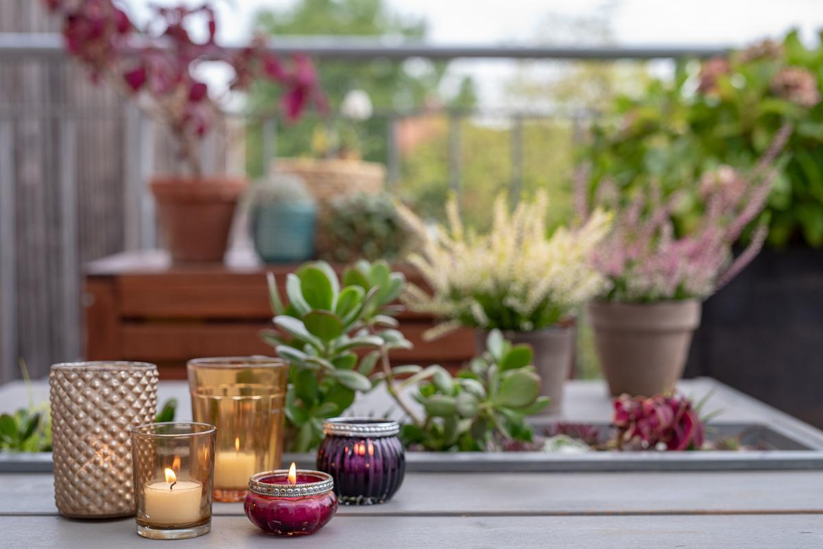 Dekoideen für den Herbst auf dem Balkon, Herbstdeko vor der Haustür und im Garten