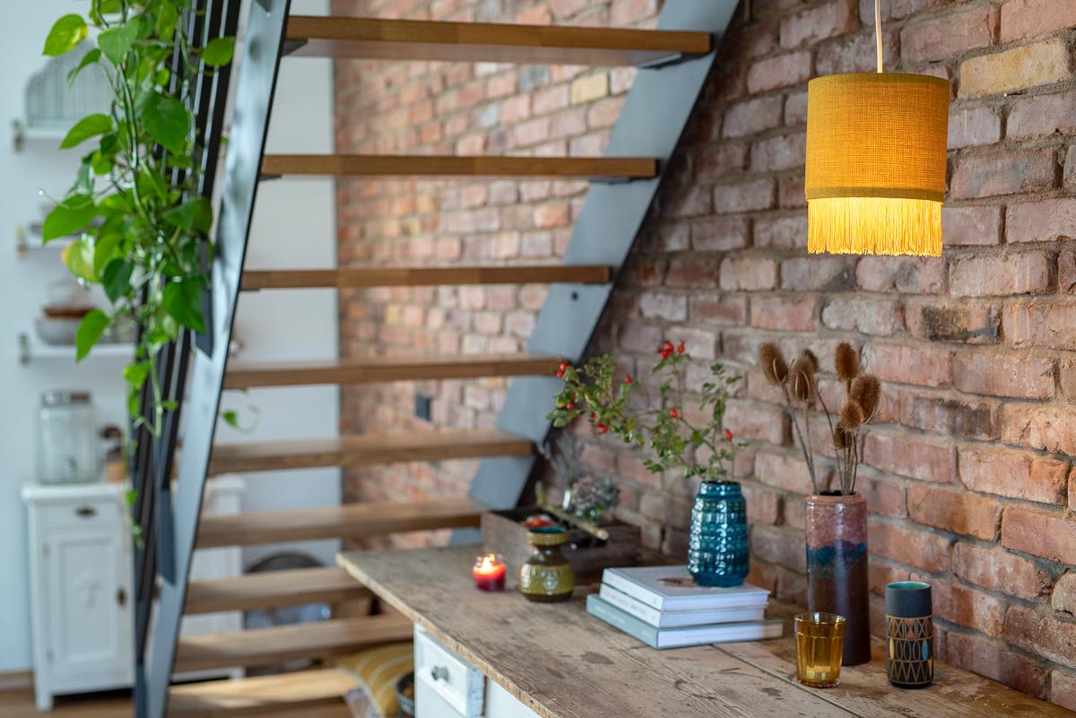 DIY Anleitung für einen senfegelben Lampenschirm aus Stoff im Boho Fransen Look als Deko für den Herbst für das Wohnzimmer