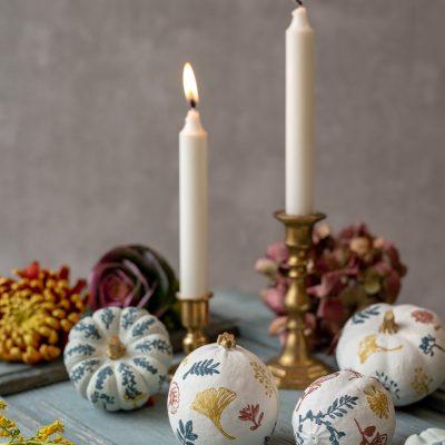 DIY – Herbstdeko: Kürbisse mit Stempeln im vintage Look verzieren