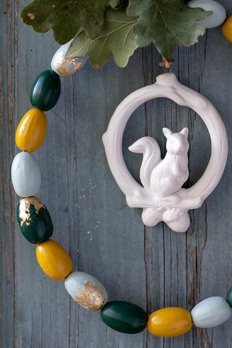 Anleitung für einen selbstgemachten DIY Deko Kranz aus Eicheln mit Sprühlack und Blattgold als Herbstdeko für die Tür